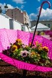 Um guarda-chuva decorativo com flores para dentro Fotos de Stock