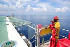 Um guarda-fogo a pouca distância do mar no helideck Imagens de Stock Royalty Free