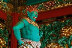 Um guardião na porta de Yashamon no santuário de Taiyuinbyo em Nikko, Japão Imagens de Stock