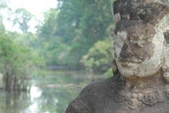 Um guerreiro de pedra guarda a entrada a Angkor Wat imagens de stock royalty free