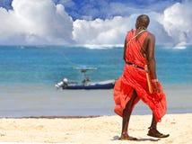 Um guerreiro do Masai que está de vista para fora ao mar imagem de stock royalty free
