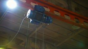 Um guindaste de levantamento grande em uma planta da constru??o Uma corda de fios de metal video estoque