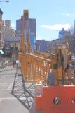 Um guindaste na rua, New York Fotos de Stock