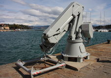 Um guindaste para pôr os barcos no mar Fotografia de Stock Royalty Free