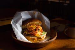 Um Hamburger incandesce na luz solar da tarde imagens de stock