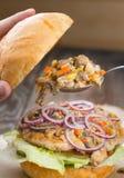 Um hamburguer da galinha com cogumelos foto de stock royalty free