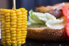 Um hamburguer da reunião serviu com queijo e vegetais Foto de Stock Royalty Free