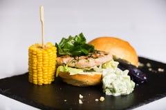 Um hamburguer da reunião serviu com queijo e vegetais Fotografia de Stock Royalty Free
