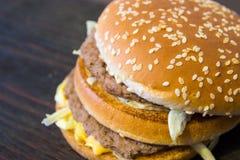 Um hamburguer suculento Fotos de Stock Royalty Free