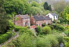 Um Hamlet rural inglês ajustou-se em um vale arborizado fotografia de stock