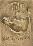 Um handprint e um autógrafo do grande ator polonês Piotr Fronczewski fizeram em uma placa de bronze fotos de stock