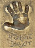 Um handprint e um autógrafo do grandes ator e cantor poloneses Michal Bajor fizeram em uma placa de bronze fotografia de stock