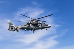 Um helicóptero das forças navais voa sobre a água Fotos de Stock Royalty Free