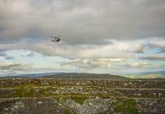 Um helicóptero do salvamento que aprroaching um Grianan de Aileach, Co Donega Imagens de Stock Royalty Free