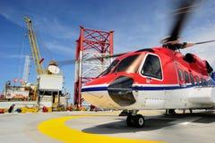 Um helicóptero a pouca distância do mar no helideck Imagem de Stock