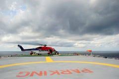 Um helicóptero a pouca distância do mar no helideck Foto de Stock Royalty Free