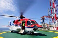 Um helicóptero a pouca distância do mar no helideck Imagens de Stock Royalty Free