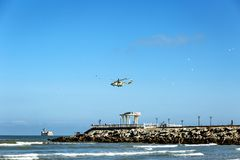 Um helic?ptero sobre o mar e um miradouro com uma inscri??o no russo Kaspiysk fotografia de stock royalty free