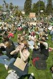 Um hippy tem dar a paz um slogan da possibilidade em seu sinal do protesto em uma marcha de protesto da guerra de anti-Iraque em  Imagem de Stock Royalty Free