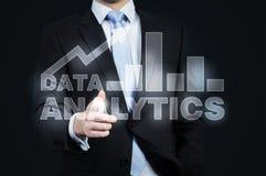 Um holograma da analítica dos dados e de um aperto de mão de oferecimento do homem de negócios Fotos de Stock Royalty Free