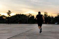 Um homem é corredor na rua para o exercício foto de stock