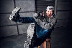 Um homem é um fotógrafo com câmera Face engraçada Escuro - fundo cinzento Lugar para o texto O fotógrafo dispara no imagens de stock