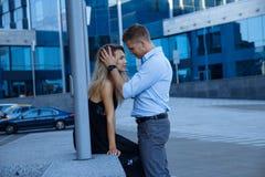 Um homem abraça uma menina e quê-la beijar, os dedos em seu cabelo, endireita seu cabelo Close-up Beijos dos pares na rua paixão  fotos de stock royalty free