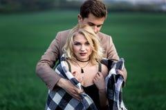 Um homem abraça uma mulher fotografia de stock royalty free