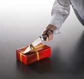 Um homem abre um aniversário ou um presente de Natal Foto de Stock