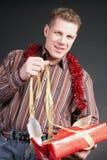 Um homem abre um presente Foto de Stock