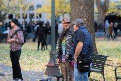 Um homem adulto com saco da imprensa que fala a um suporte de LGBTQ imagem de stock