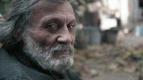 Um homem afegão idoso olha o close-up da câmera filme