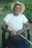 Um homem afro-americano das pessoas de 86 anos que senta-se em uma cadeira, Rockville, DM imagem de stock