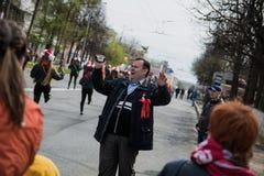 Um homem alegre na demonstração do primeiro de maio Imagem de Stock