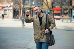 Um homem anda abaixo da rua imagem de stock royalty free