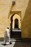 Um homem anda através do mausoléu de Moulay Ismail em Meknes, Marrocos Fotos de Stock