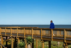 Um homem anda no passeio à beira mar do beira-mar Foto de Stock