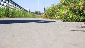 Um homem anda perto da estrada, vista inferior vídeos de arquivo