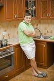 Um homem atrativo novo na cozinha Fotos de Stock Royalty Free