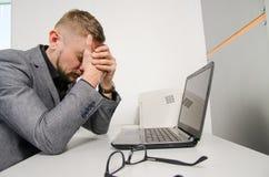 Um homem cansado com suas mãos em sua cara Fotografia de Stock