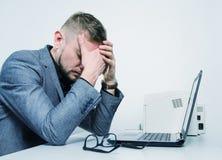 Um homem cansado com suas mãos em sua cara Fotografia de Stock Royalty Free