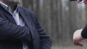 Um homem caucasiano branco ameaça um homem no terno com uma arma e rouba a carteira video estoque