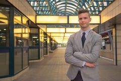 Um homem caucasiano novo, expressão alegre, terno de negócio, para Fotografia de Stock Royalty Free