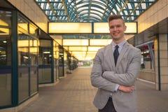 Um homem caucasiano novo, expressão de sorriso, terno de negócio, formulário Foto de Stock Royalty Free