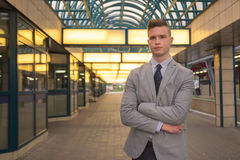 Um homem caucasiano novo, expressão vazia, terno de negócio, formal Imagens de Stock Royalty Free