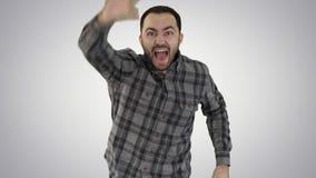 Um homem caucasiano que corre e que chama para alguém, tentando obter a alguém o attantion no fundo do inclinação video estoque