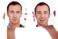 Um homem, com as duas faces no espelho imagens de stock