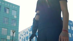 Um homem com um braço protético biônico moderno está estando na cidade Conceito futuro