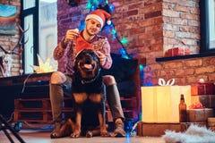 Um homem com um cão Fotos de Stock