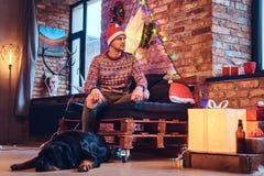 Um homem com um cão Imagem de Stock Royalty Free